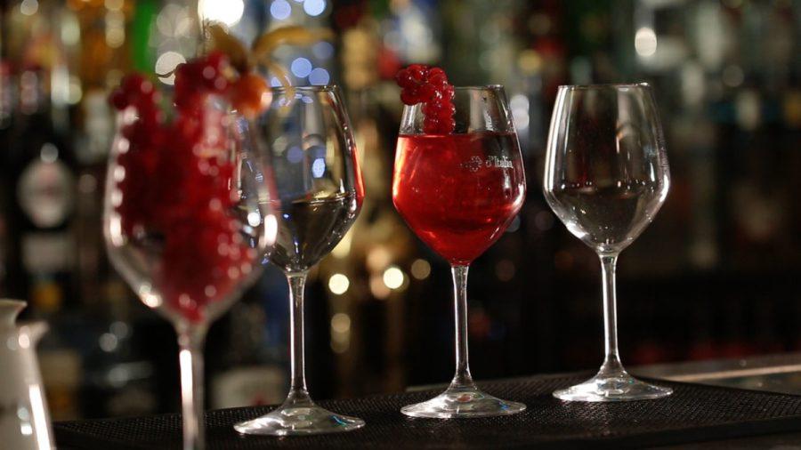 cocktail Bosco Spritz staat klaar op de bar